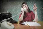 Büroangestellte raucht am Telefon