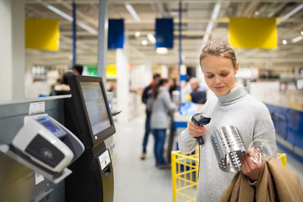 Frau kauft bei IKEA ein