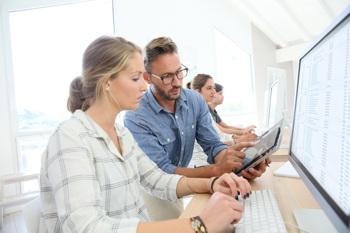 Trainees/Volontäre werden am Computer eingewiesen