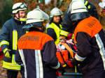 Feuerwehrleute versorgen verletzte Person
