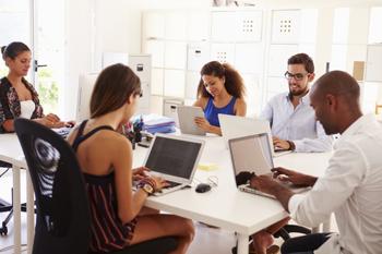 Junge Menschen arbeiten an einem Tisch