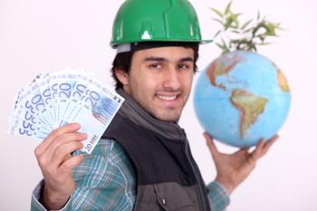 Arbeitnehmer hält Geld und Globus