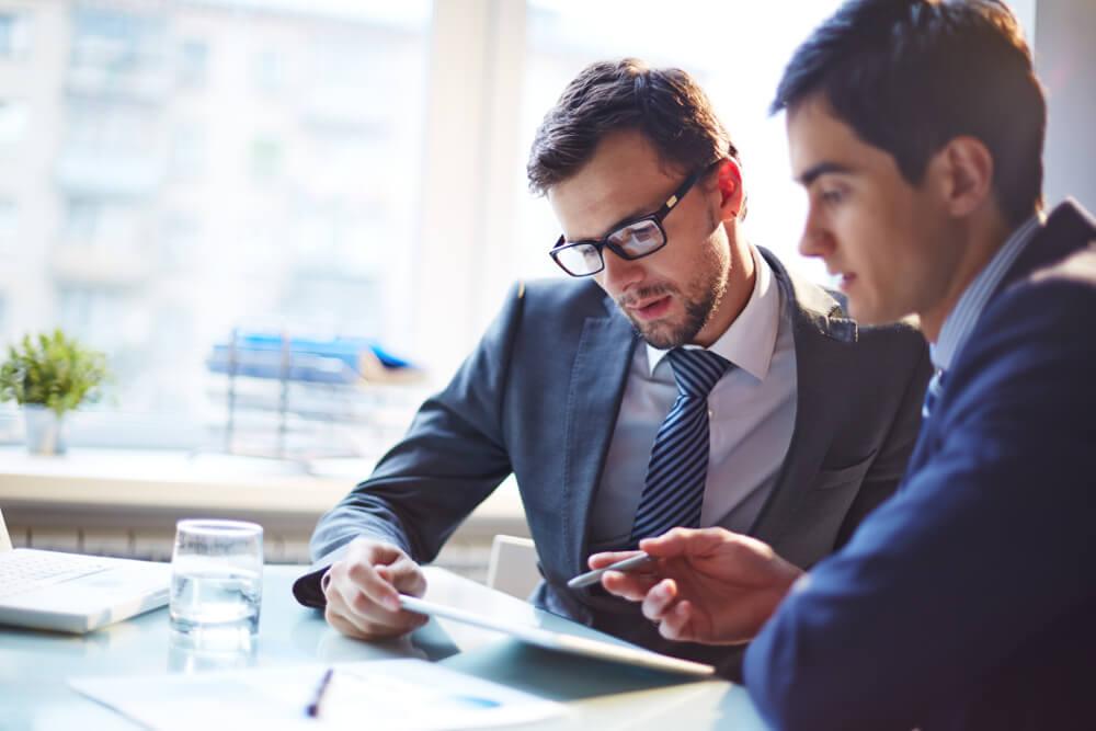 Zwei junge Unternehmensberater tauschen sich aus.