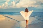 Frau bei beruflicher Auszeit am Strand
