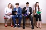 Bewerber warten aufs Vorstellungsgespräch