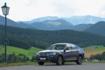 BMW in gebirgiger Landschaft