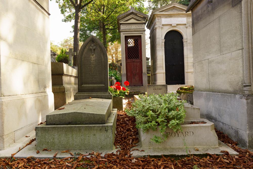 Gräber und Gruften auf einem grünen Friedhof