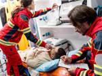 Rettungssanitäter des DRK versorgen einen Patienten.