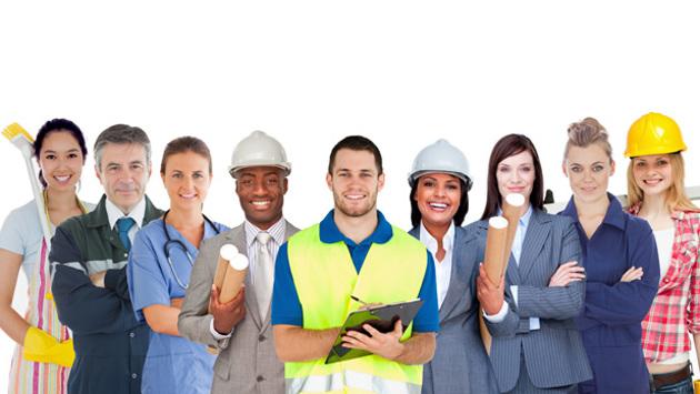 Fachkräfte mit unterschiedlicher Berufsbekleidung stehen in einer Reihe.