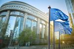 Wehende Europa-Fahnen vor dem EU-Parlament in Brüssel