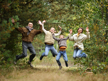 Finnische Familie im Wald