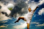 Frauenfußball: Fußballerin nimmt athletisch einen Ball per Volleyschuss