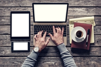 Ghostwriter arbeitet am Schreibtisch