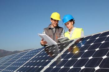 Ein Umweltingenieur und eine Umweltingenieurin prüfen die Panels einer Solaranlage
