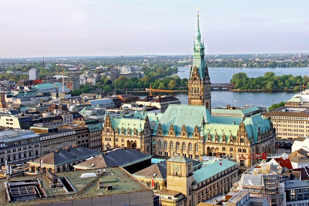 Hamburg Rathaus mit Alster