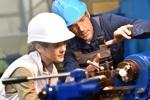 Industriearbeiter an Maschine