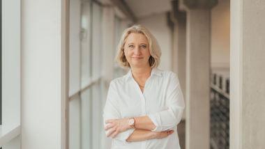 Gehaltscoach Karin Schwaer verschränkt die Arme und guckt in die Kamera.