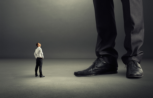 Kleiner Arbeitnehmer vor großem Chef