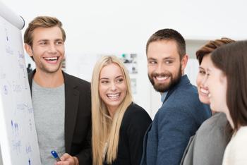 Warum lachen auf der Arbeit Deine Karriere fördert!