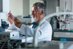 Älterer Mann arbeitet im Labor