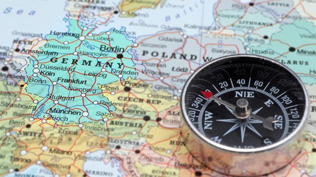 Ein Kompass liegt auf einer Europakarte.