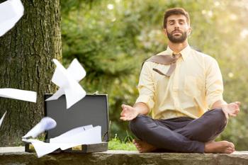 Mann mit Aktentasche macht Yoga