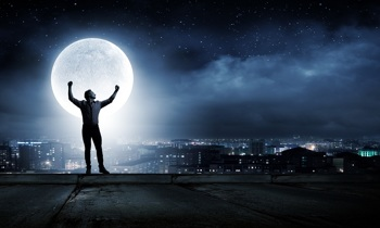 Mann jubelt unterm Sternenhimmel