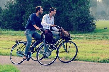 Zwei Männer auf Fahrrädern