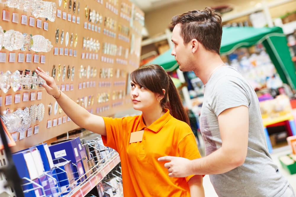 Eine Obi-Mitarbeiterin berät im Baumarkt einen Kunden.