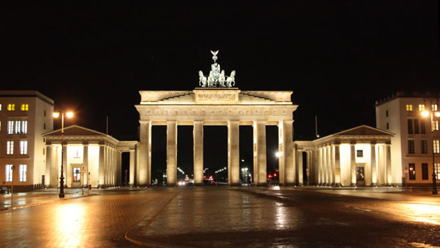Nachtaufnahme des Brandenburger Tors in Berlin