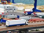 Containerterminal in einem Hafen, wo LKW Container abliefern oder abholen.