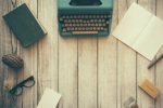 Schreibmaschine, Papier und Notizbuch für Schriftsteller