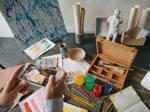 Künstler*in fotografiert Werk mit Smartphone