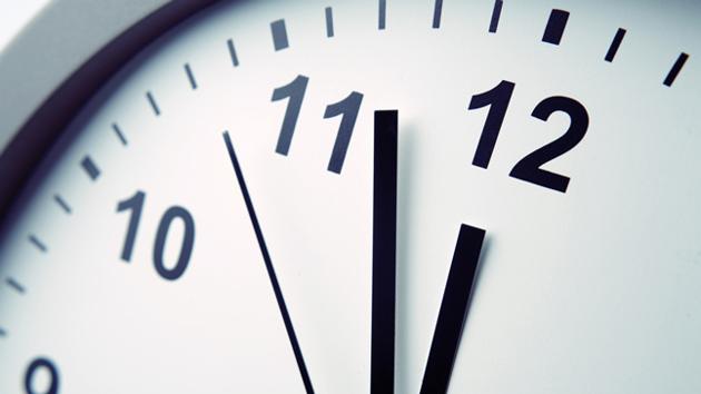 Nahaufnahme des Ziffernblattes einer runden Uhr