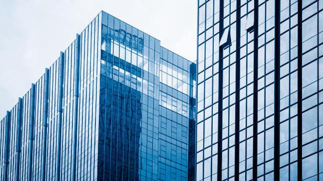 Zwei Hochhäuser mit Glasfassade