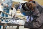 Stahlarbeiter bei Schweißarbeiten