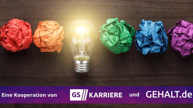 Eine Glühbirne liegt zwischen zerknülltem farbigem Papier über dem Banner: Eine Kooperation von GS Karriere und Gehalt.de.
