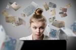 Junge Frau am Computer erhält überraschend Steuerrückzahlung