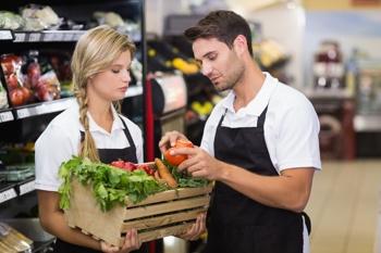 Supermarkt-Personal untersucht Lebensmittel