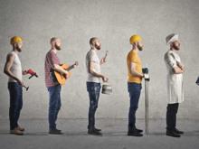 Ein Mann mit jeweils unterschiedlicher Berufsbekleidung bildet eine Reihe bestehend aus Fachkräften.