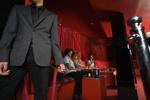 Türsteher vor einem plüschig-roten VIP-Bereich im Club