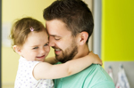 Vater mit Kleinkind auf dem Arm