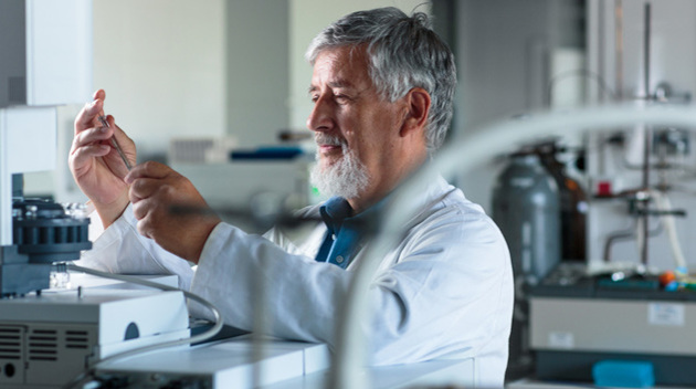 Ein älterer Mann arbeitet im Labor.