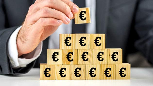 Holzklötze mit Euro-Symbolen werden als Pyramide gestapelt