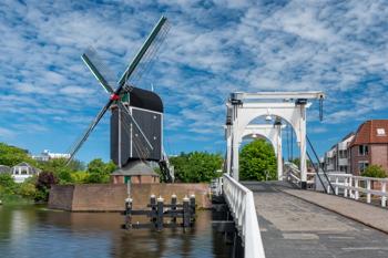 Windmühle an einem Kanal in den Niederlanden