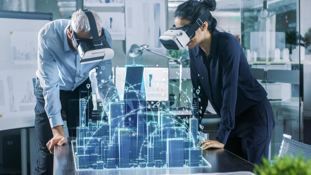 Ein Architekt und eine Architektin beugen sich mit VR-Brillen über ein virtuelles Stadtmodell